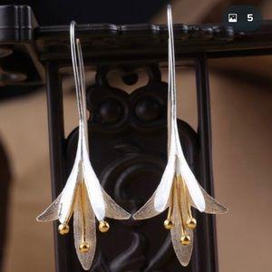 Silver tone flower dangle earrings Lily NEW